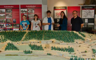 Schüler aus Kahla übergeben Modelle an Dokumentationszentrum